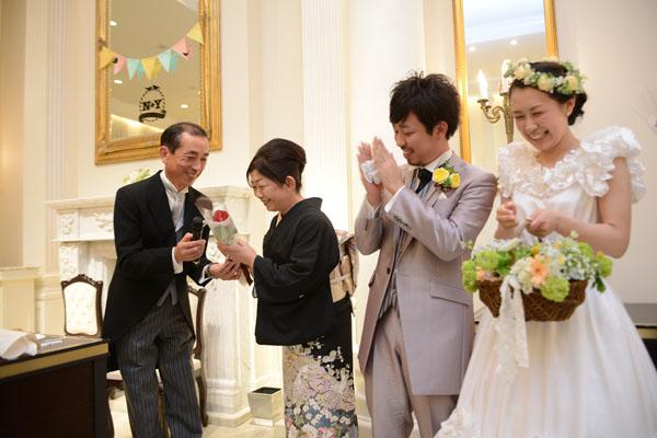 11月23日なので両家両親とゲスト夫婦へ「いい夫妻の日サプライズ」!<br /> お父さんからお母さんへ感謝の言葉とお花を贈ってもらいました。
