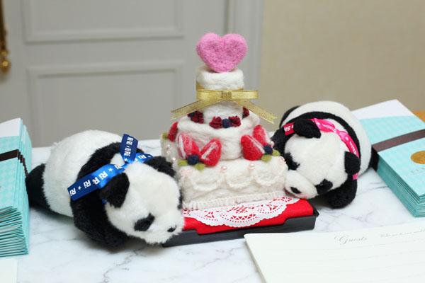 後輩が作ってくれたフェルトのケーキ。二人の思い出パンダと一緒にお出迎え。