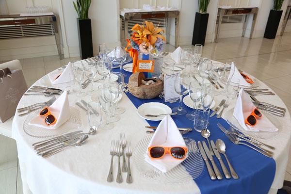 テーブルは海をイメージ。席札はサングラス。こだわりました!