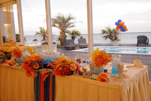 メインテーブルにもオレンジとブルーに。南国気分を味わいました。