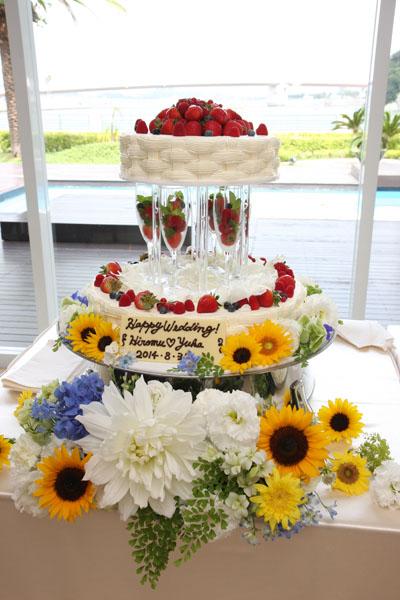 テーマカラーに合わせて、ケーキの周りにもお花がいっぱい!