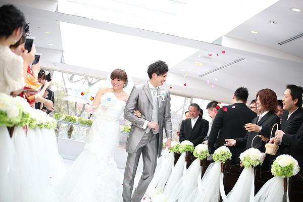 ゲストからの祝福のフラワーシャワー お二人とゲストの笑顔があふれる素敵なワンシーン