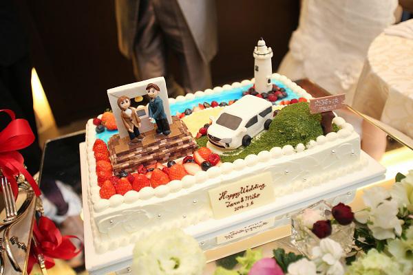 ウエディングケーキは恋路ヶ浜でプロポーズしたのを再現!<br /> 当時着ていた服装や車なども細かく打合せを行いました