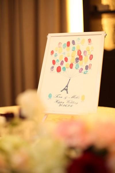 ゲストの祝福の想いが沢山詰まったウエディングツリーは思い出の場所パリのエッフェル塔