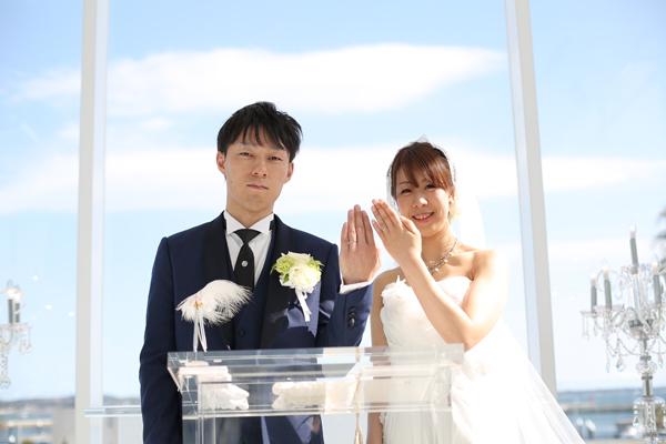 真っ青な空の下、夫婦となった証として指輪の披露を行いました