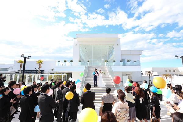 大階段の目の前にはチャペルコートが広がります<br /> お2人とゲストの幸せを込めてバルーンリリースを行いました