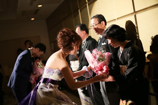 披露宴の結びに記念品の贈呈です<br /> 親御様へ感謝の気持ちをまっすぐに伝えて頂きました