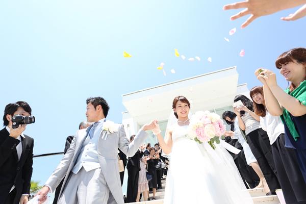 真っ青な空の下 ゲストの皆様から祝福を受け大階段を進みます