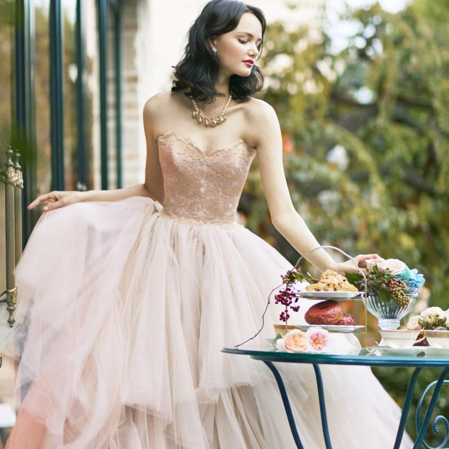 18年10月までの挙式なら最新 お色直しドレスをプレゼント!
