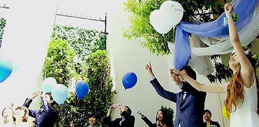 【ブルーが映える青空の下】笑顔あふれるガーデンウェディング