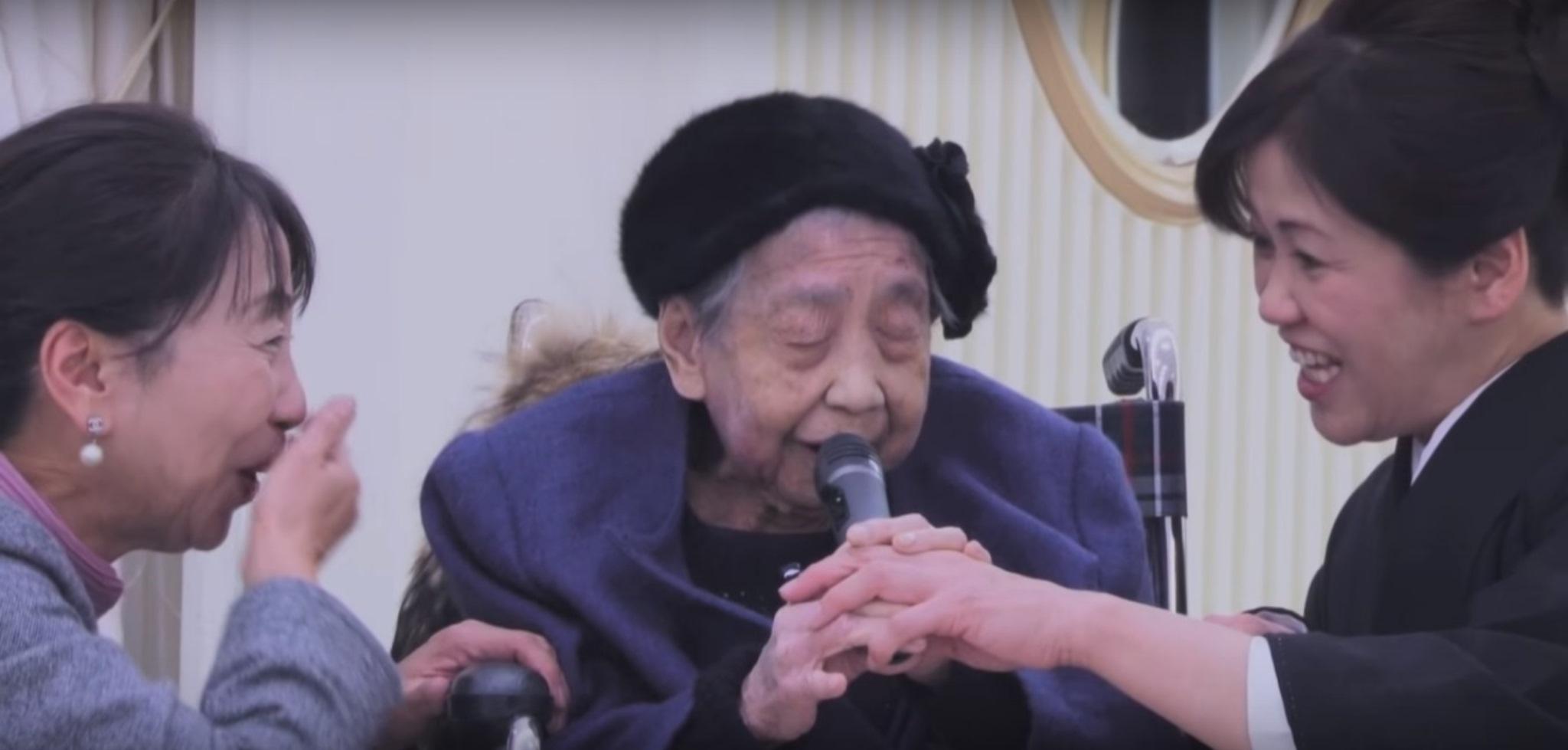 【心温まる】優しい歌声に包まれる会場! 孫に贈る祖母の歌