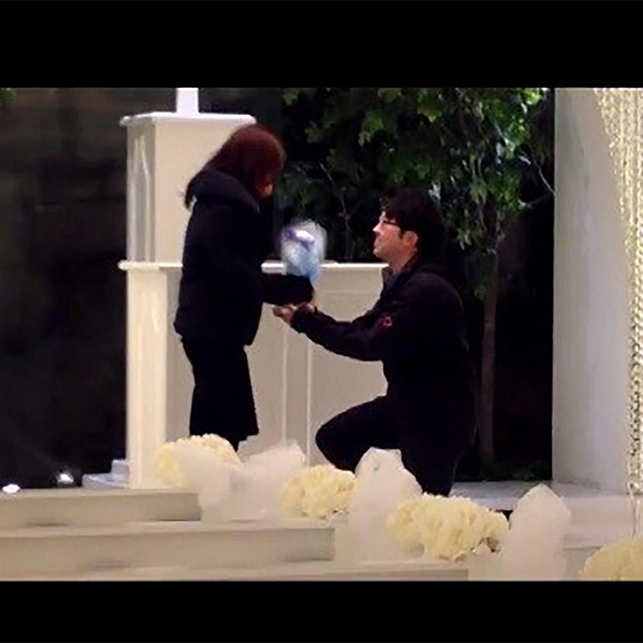 【感動】一世一代のプロポーズ!! 憧れの会場でのサプライズに彼女号泣