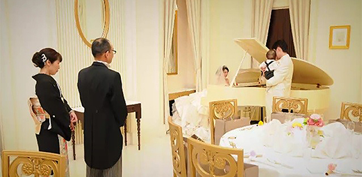 娘からサプライズに号泣! 花嫁の父に贈るピアノ演奏